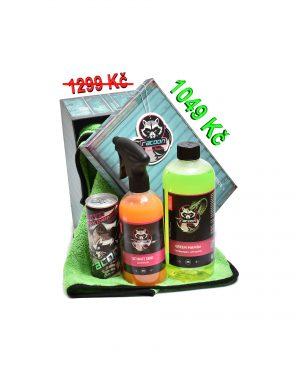 dárková krabička jako set produktů autokosmetiky Racoon Cleaning Products, Zelená sušící utěrka Racoon, průhledné lahve s produkty, zelený autošamponu Green Mamba, oranžový Ultimate Shine, energetický nápoj Racoon a Závěsná vůně Racoon