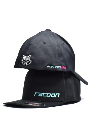dvě na sobě uložené černé kšiltovky Racoon Cleaning products s vyšívaným logem