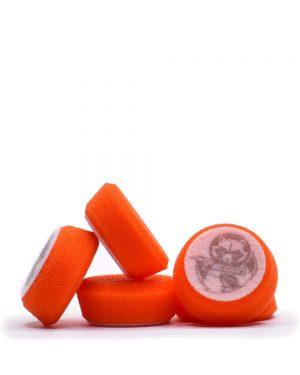 pět oranžových středně tvrdých pěnových leštících kotoučů s logem autokosmetiky Racoon Cleaning Products