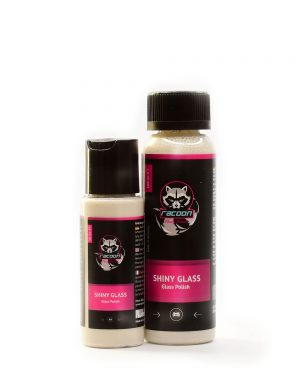 dvě průhledné lahvičky obsahující přípravek na leštění skel Shiny Glass béžové barvy s etiketou a logem autokosmetiky Racoon Cleaning Products