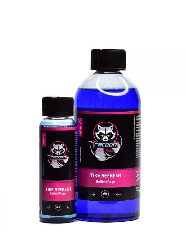 dvě průhledné lahve obsahující pestrou tmavomodrou tekutinu, přípravek určený pro oživení a ochranu pneumatik a pryžových částí automobilů Tire Refresh, s etiketou a logem autokosmetiky Racoon Cleaning Products