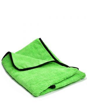 Zelená mikrovlákenná utěrka na vysušení automobilu po mytí