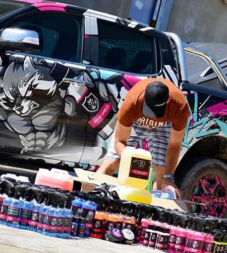 Tomáš a vybalování produktů Racoon Cleaning Products při reklamním autě