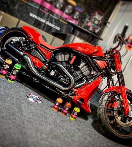 motocikel Harley Davidson červené barvy a produkty Racoon Cleaning Products
