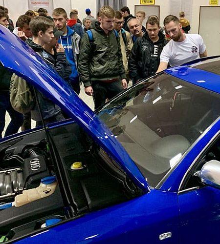 Předvádění produktů autokosmetiky Racoon na vozidle audi během autosalonu v Nitře