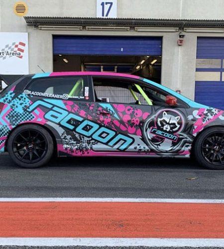 Honda Civic v reklamním polepu autokosmetiky Racoon Cleaning Products v depu okruhu Nürburgring
