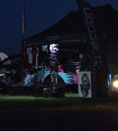 Stánek autokosmetiky a sportovní auta během noci ve Vyškově