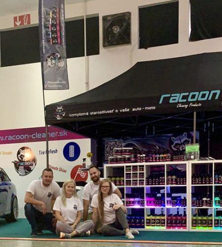tým autokosmetiky Racoon při jejich stánku na autosalonu v Nitře